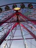 Ferris koło przy okręgu administracyjnego jarmarkiem zdjęcia royalty free