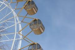 Ferris koło z round zamkniętymi kabinami przeciw backgroun Zdjęcia Stock