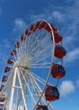 Ferris koło przeciw niebieskiemu niebu Fotografia Stock