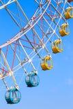 Ferris koło z kolorowymi koszami na niebieskiego nieba tle Fotografia Stock