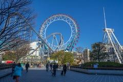 Ferris kolejka górska przy Tokio kopuły miasta parkiem rozrywki i koło Obraz Stock