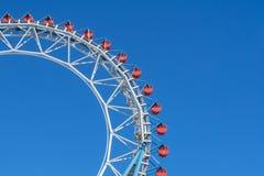 Ferris kolejka górska przy Tokio kopuły miasta parkiem rozrywki i koło Zdjęcia Stock