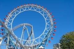 Ferris kolejka górska przy Tokio kopuły miasta parkiem rozrywki i koło Fotografia Stock