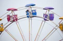 Ferris kolorowy koło forsuje na overcast dzień Obraz Stock