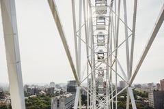 Ferris koło na tła niebie i mieście Zdjęcia Royalty Free