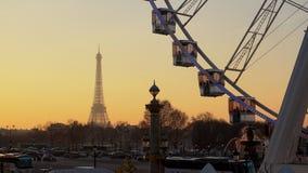 Ferris rijden en de Toren van Eiffel zoals die van de Tuileries-tuin in Parijs, Frankrijk wordt gezien stock footage