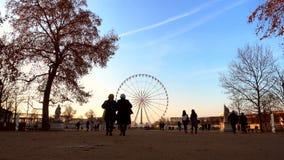 Ferris rijden op Concorde Square zoals die van de Tuileries-tuin in Parijs, Frankrijk wordt gezien stock footage