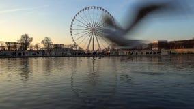 Ferris rijden in Parijs, Frankrijk stock footage