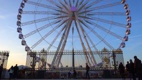 Ferris rijden in Parijs, Frankrijk stock video