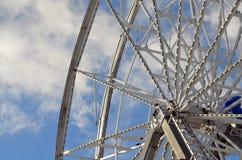 Ferris roda dentro as nuvens Imagem de Stock