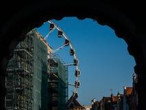 Ferris roda dentro a cidade de Gdansk Tiro através do arco imagem de stock