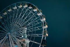 Ferris roda dentro a noite escura Kyiv no fundo fotos de stock