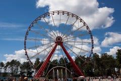 Ferris roda dentro o Central Park Kharkov contra o céu azul com c Fotos de Stock