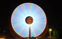 Ferris roda dentro o movimento na noite Fotos de Stock Royalty Free