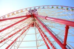 Ferris roda dentro o parque de diversões Fotos de Stock Royalty Free