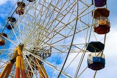 Ferris roda dentro o parque de diversões Fotos de Stock