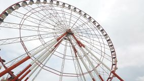Ferris roda dentro o parque de diversões de Batumi, sightseeing na cidade, marco, turismo vídeos de arquivo