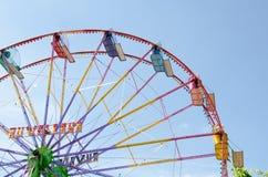 Ferris roda dentro o tempo do dia Imagem de Stock Royalty Free