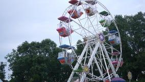 Ferris roda dentro um recinto de diversão no dia nublado vídeos de arquivo