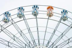 Ferris roulent dedans le parc d'attractions Photographie stock