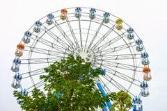 Ferris roulent dedans le parc d'attractions Image libre de droits