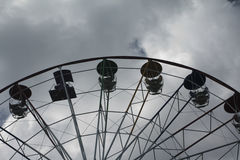 Ferris roulent dedans un parc d'attractions Photos libres de droits