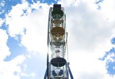 Ferris roulent dedans un parc d'attractions Image libre de droits