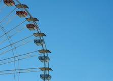 Ferris rueda adentro el cielo Foto de archivo libre de regalías