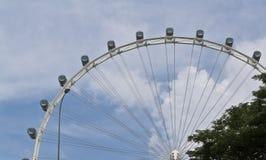 Ferris rueda adentro el cielo azul Imágenes de archivo libres de regalías