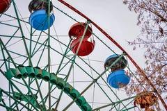 Ferris rueda adentro el parque Fotos de archivo libres de regalías