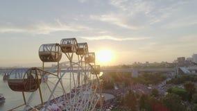 Ferris rueda adentro el parque de atracciones almacen de video