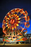 Ferris rueda adentro una noche de verano Imágenes de archivo libres de regalías