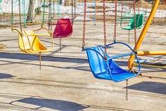 Ferris rueda-amarillo con las cabinas multicoloras Fotos de archivo libres de regalías