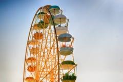 Ferris rueda-amarillo con las cabinas multicoloras Fotos de archivo
