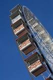 Ferris spinge dentro il cielo blu profondo Fotografia Stock