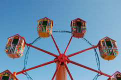 Ferris spinge dentro il parco di divertimenti Fotografia Stock