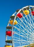 Ferris spinge dentro la priorità bassa del cielo blu Fotografie Stock