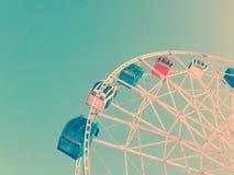 Ferris spinge dentro un parco di divertimenti Fotografia Stock