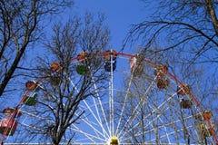 Ferris toczy wewnątrz miasto parka E Wiosna obrazy stock