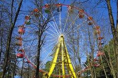 Ferris toczy wewnątrz miasto parka E Wiosna zdjęcia royalty free