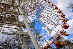 Ferris toczy wewnątrz Minsk Gorky parka w wiośnie Białoruś zdjęcia royalty free