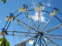 Ferris Toczy wewnątrz park rozrywki przejażdżkę Zdjęcie Stock
