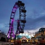 Ferris toczy wewnątrz parka rozrywkiego w Wiedeń przy nocą zdjęcie royalty free
