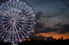Ferris toczy wewnątrz kasirinkai parka z Tokyo miastem w tle Zdjęcie Stock