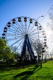 Ferris toczy wewnątrz miasto parka Kremenchug, Ukraina obrazy royalty free