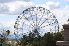 Ferris toczy wewnątrz parka rozrywki, widok park rozrywki/ Zdjęcia Stock