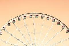 Ferris-wheeel auf Pfirsich stockbild