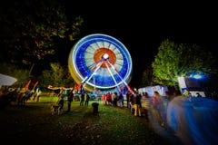 Ferris Wheel ad esposizione lunga di notte Immagine Stock