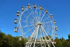 Ferris wheel against bright blue sky Royalty Free Stock Photos