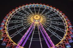 Ferris Wheel alla notte con le belle luci fotografia stock